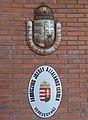 Mézesvölgyi Általános Iskola, domborműves címer, 2019 Veresegyház.jpg