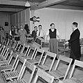 Man in jacquet geeft aanwijzingen aan mannen die stoelen klaar zetten, Bestanddeelnr 255-8543.jpg