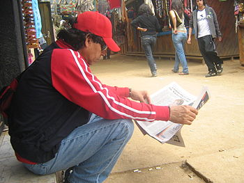 Man reading Las %C3%9Altimas Noticias