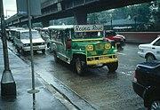 Jeepney auf einer Straße in Manila