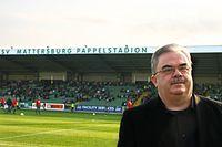 Martin Pucher mit Stadion des SV Mattersburg.jpg
