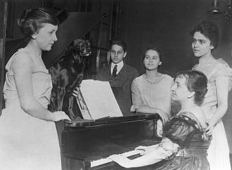 Barbara McClintock - McClintock family, from left to right: Mignon, Tom, Barbara, Marjorie and Sara (at the piano)