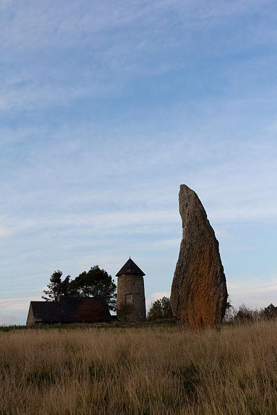 Menhir de la file sud des alignements du Moulin sur les Landes de Cojoux.