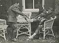Met voetpoeder komen twee Nederlandse militairen weer op de been tijdens een Vie – F42258 – KNBLO.jpg