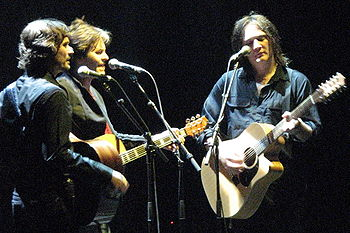 "Middleton, Fanning and Haug performing ""Sunsets"" in September 2007"