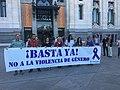 Minuto de silencio por el asesinato de una vecina de Villaverde, víctima de la violencia de género 01.jpg