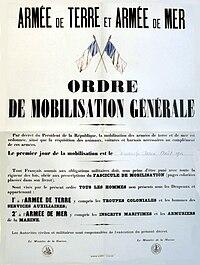 Dem Attentat von Sarajevo am 28.Juni 1914 – links in einer nicht ganz exakten zeitgenössischen Darstellung – folgten die Julikrise und wechselseitige Mobilmachungen, rechts die Anordnung der französischen Mobilmachung zum 2.August 1914