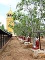Monywa-Po Khaung-20-Buddhas mit Schirm-Aussichtsturm-gje.jpg