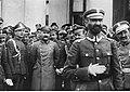 Naczelnik Państwa Józef Piłsudski ze swoimi współpracownikami (22-514-1).jpg