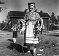 Okni Feodoroff holder seletøy til slede. Sevettijärvi 1959 - Norsk folkemuseum - NF.06209-009.jpg