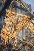 Palais du Louvre, reflet sur la Pyramide.jpg