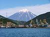 Vulkanen Korjakskaja sopka over Petropavlovsk-Kamtjatskijs havn