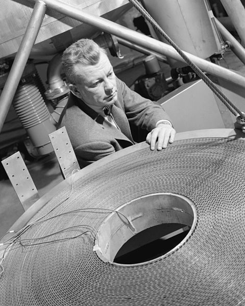 File:Photo of Edmund Callaghan with Cryogenic Magnet - GPN-2000-000699.jpg