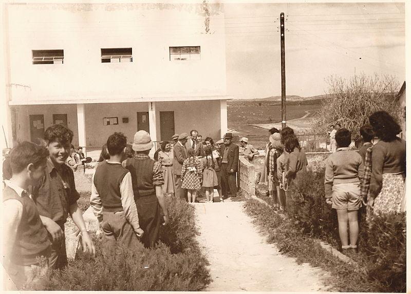 גבעת עדה ביקור משפחת רוטשילד בכניסה לבניין בית העם