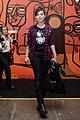 Pitty Bettie Page na camiseta e um xadrez para alegrar o look @ São Paulo Fashion Week em Junho de 2011.jpg