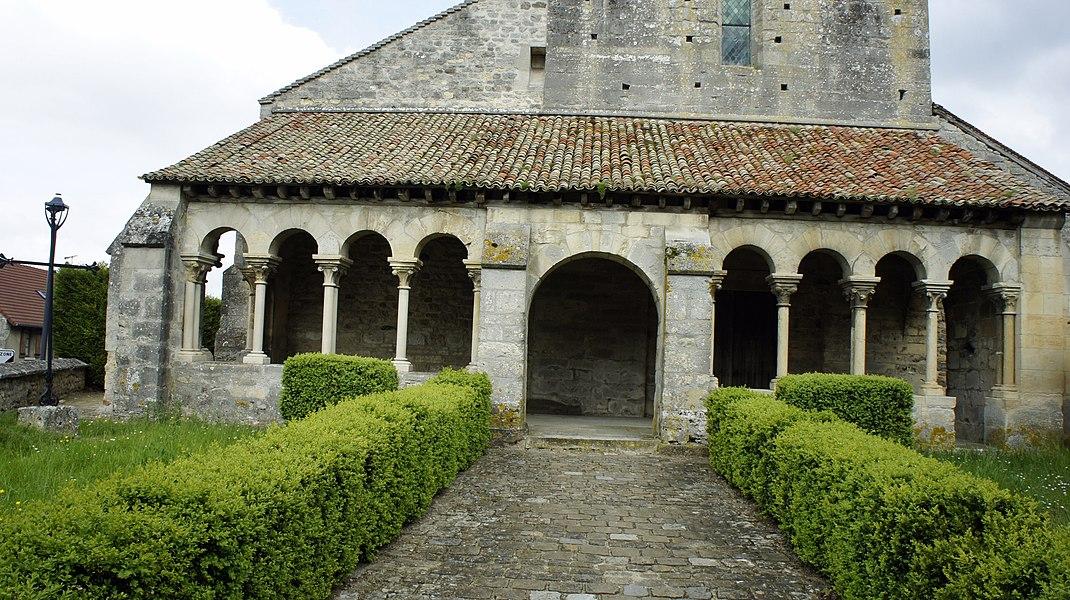 Porche galerie de l'église Saint-Hilaire de st-Thierry.