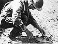 Ppor. Tymieniecki rozbraja minę talerzową Tellermine 35 - maj 1944, Piedimonte.jpg