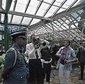 Prins Bernhard filmt in de plantentuin van Bogor. Rechts fotograaf Peter Zonneve, Bestanddeelnr 254-9050.jpg