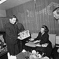 Prinses Beatrix neemt een geschenk van de Chinese ambassadeur Chen Hsing Ren in…, Bestanddeelnr 929-1377.jpg