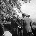 Prinses Juliana in gesprek met enkele personen op een terras, Bestanddeelnr 255-8090.jpg