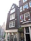 foto van Hoekhuis met trapgevel waarin ontlastingsboogjes van een vroeger drielicht
