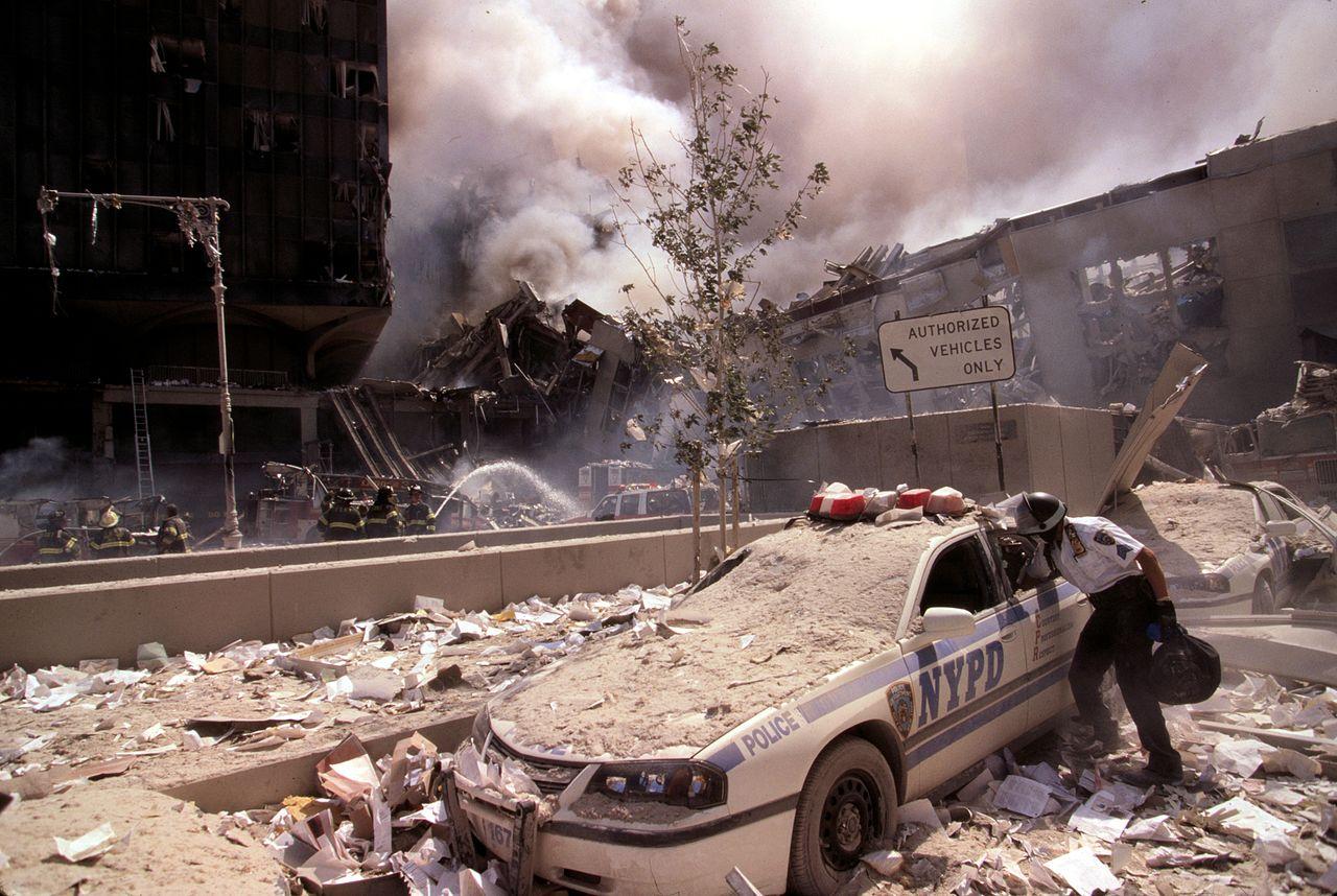 Escombros del atentado terrorista en el coche policiaco junto a un patrullero.