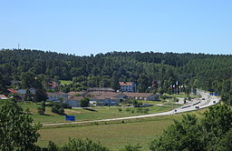 Riksväg 19 passerar Brösarp