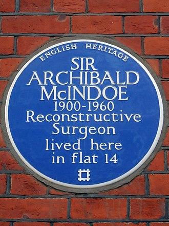 Archibald McIndoe - Blue plaque on McIndoe's former home at Avenue Court, 23–29 Draycott Avenue, Chelsea, London