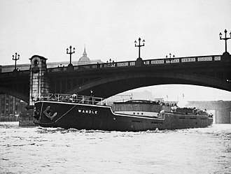 Flatiron (ship) - SS Wandle in 1932 passing under Southwark Bridge with her mast, funnel and wheelhouse folded down