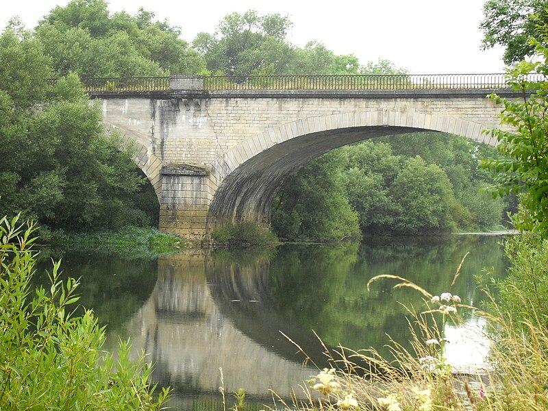 Saint-Germain-sur-Meuse Meuse (55) - Le Viaduc du chemin de fer sur la Meuse. Cette portion de la ligne de chemin de fer Neufchâteau - Pagny-sur-Meuse est aujourd'hui désaffectée. Cette ligne à double voie qui a nécessité la construction d'un certain nombre d'ouvrages d'art en pierre: ponts, viaducs, tunnels, n'a été utilisée qu'un siècle à peine, avant d'être abandonnée.