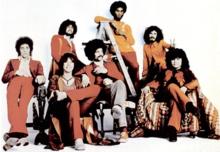 "Santana en 1971. De gauche à droite: Neal Schon, Gregg Rolie, Michael Shrieve, Michael Carabello, David Brown, Carlos Santana, José ""Chepito"" Areas"