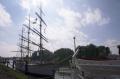 Schulschiff Deutschland und Boot.png