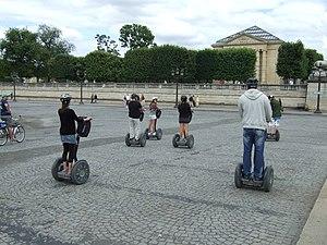 English: Segway in Paris. Česky: Segway v Paříži.