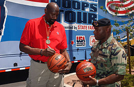 Haywood signeert een bal in Nellis Air Force Base