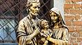 Statue de la Sainte Famille en bronze.jpg