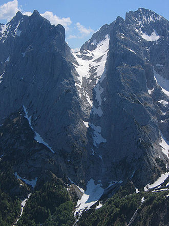 Couloir - The Steinerne Rinne couloir from the north with the peaks of Predigtstuhl (l) and Fleischbank (r) in the Austrian Kaiser Mountains