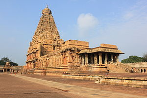Thanjavur Brihadeeswara Temple side view.JPG