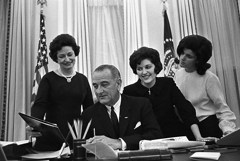 File:The Johnsons in the Oval Office.jpg