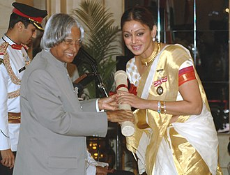 Shobana - The President, Dr. A.P.J. Abdul Kalam presenting the Padma Shri Award – 2006 to Ms. Shobana Chandrakumar, a well-known Classical dancer, Choreographer teacher and actress, in New Delhi on 20 March 2006