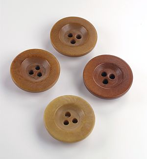 English: Buttons with just three holes. Italia...