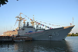 USS De Wert (FFG-45) and HMCS Ville de Quebec docked in Toledo, Ohio, in August 2012.JPG