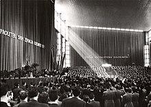 Foto von Hunderten von Menschen in einem Auditorium