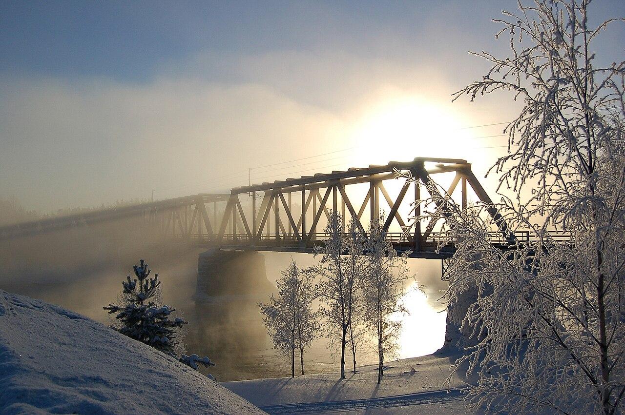 Pont ferroviaire sur la rivière d'Oulu à Vaala en Finlande. (définition réelle 2310×1536*)