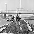 Vangrails beveiliging de weg Rotterdam Den Haag E10, me n is bezig aan het laats, Bestanddeelnr 916-1342.jpg