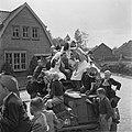 Verpleegsters en kinderen beklimmen een pantserwagen, Bestanddeelnr 900-2843.jpg