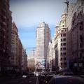 Vista de la Gran Vía con la Torre de Madrid al fondo.png