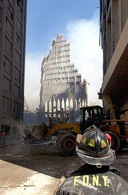 13 de setembro de 2001: bombeiro de Nova Iorque olha para o que sobrou da Torre Sul do World Trade Center