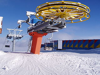 Transport device that carries skiers up a hill