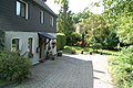 Wohnhaus in Herrenbröl, im Hintergrund die alte Burgruine - panoramio.jpg