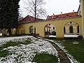 Zbraslavský klášter, nádvoří u konventu.jpg